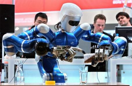 Robot azul preparando té